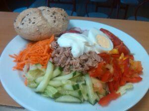 Zeleninový talíř s tuňákem, vejcem a našimi pečenými houstičkami