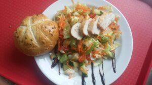 Zeleninový salát s pečeným kuřecím prsíčkem a domácí houskou se semínky